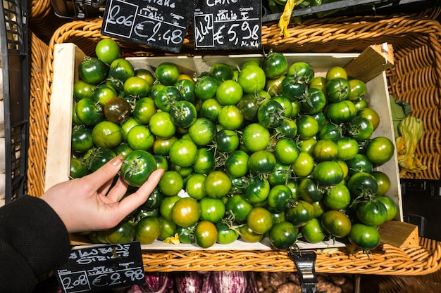 Tomates vertes italiennes dans une épicerie