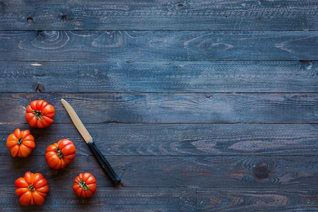 Tomates sur un vieux fond en bois