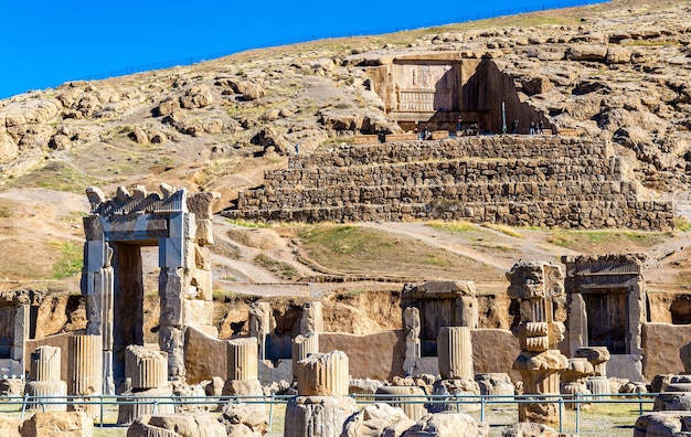 Tombe d'artaxerxès iii au-dessus de persépolis - iran
