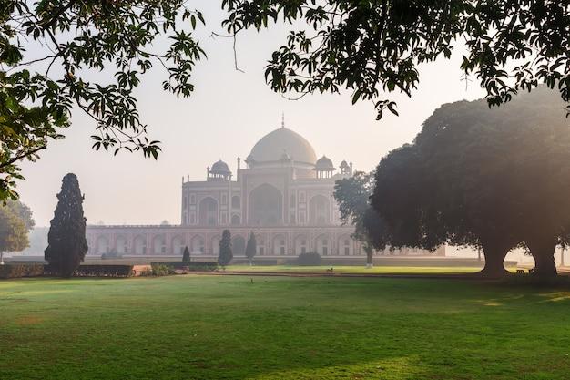 Tombe de humayun dans la brume matinale, new delhi, inde.