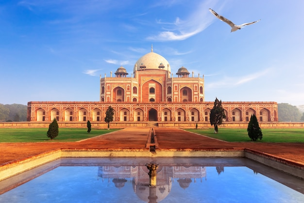 Tombe de humayun à delhi, inde, belle journée ensoleillée.