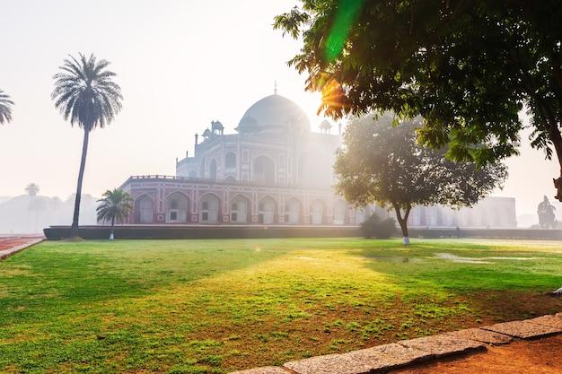 Tombe de humayun en inde, new delhi, belle vue sur le lever du soleil.