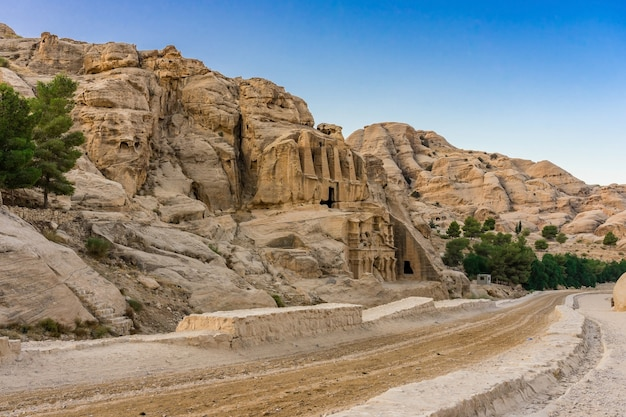 Tombe de l'obélisque jaune bab el-siq triclinium canyon extérieur randonnée du siq