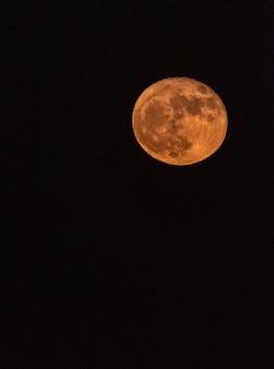 Tombée de la nuit avec une pleine lune