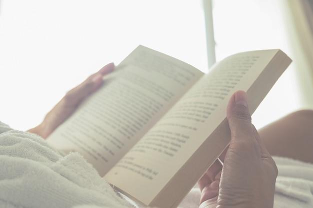 Tomber réveillé lecture personne fond hiver