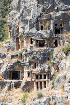 Tombes anciennes taillées dans la roche à myra, demre, turquie