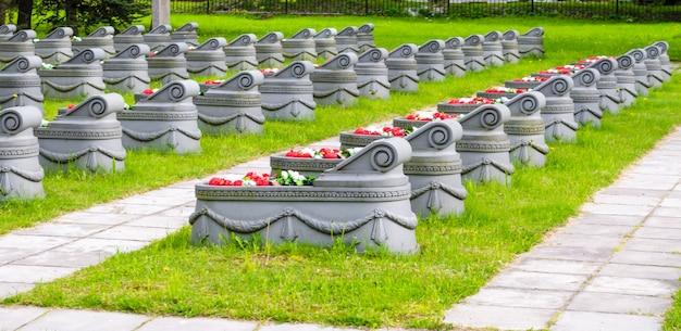 Tombes dans l'herbe du cimetière et chemins autour d'eux.
