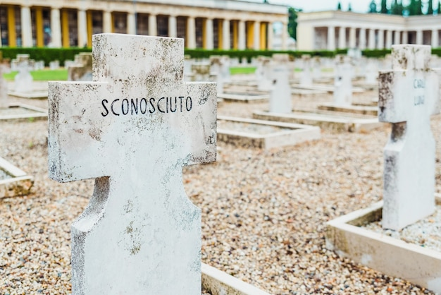 Tombes en marbre du cimetière de vérone en l'honneur du soldat inconnu, avec le texte sconosciuto.
