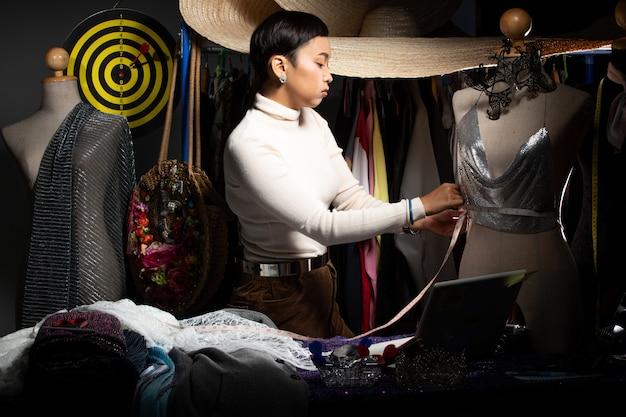 Tomboy fashion designer vérifie le motif et le design