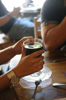 Ton de couleur rétro, personnes avec une tasse de café noire
