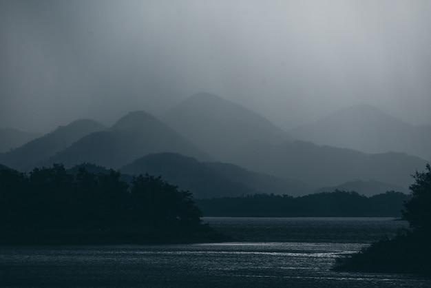 Ton sombre des couches de montagne avec lac forêt tropicale