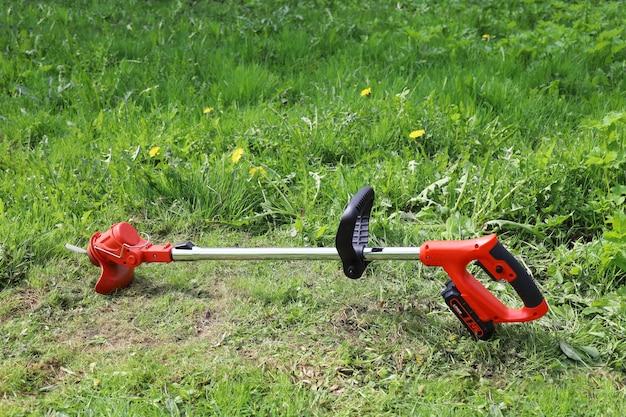 Tondeuse électrique manuelle pour tondre l'herbe en petits volumes dans le jardin et la cour
