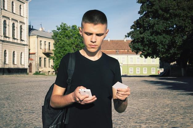 Toned man effectue un achat en ligne via un téléphone mobile