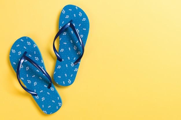Tongs bleues sur fond jaune