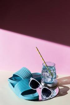 Tongs et boisson à angle élevé