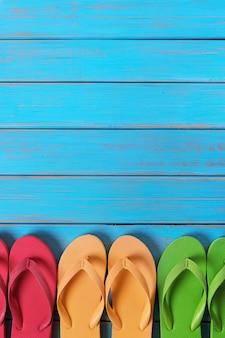 Tongs, dans, a, rang, vieux, patiné, bleu, plage, bois, fond, vertical