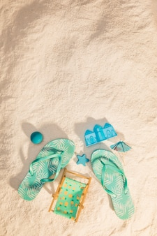 Tongs et jouets de sable sur la plage