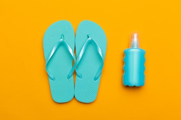 Tongs de plage d'été sur couleur