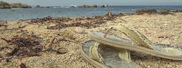 Tongs sur la plage, image de bannière avec espace de copie