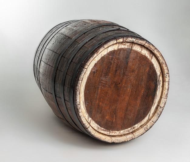 Tonneau en bois avec anneaux en fer.