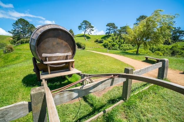 Tonneau de vin sur chariot contre le champ d'herbe verte en arrière-plan de paysage agricole campagne.