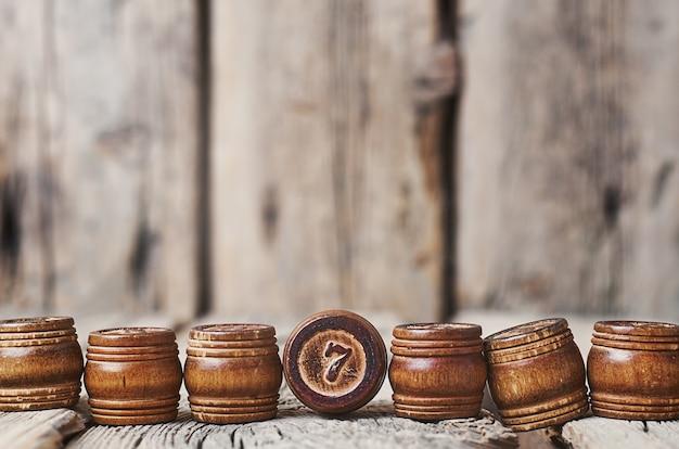 Des tonneaux en bois avec des chiffres sur un fond en bois.