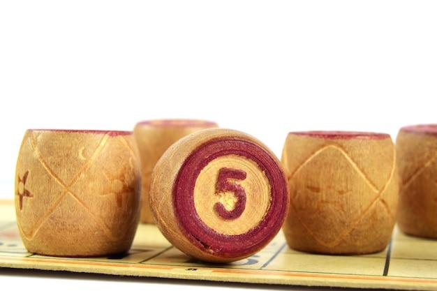 Tonneaux de loto en bois avec numéro 5 isolé sur fond blanc jeu de bingo familial
