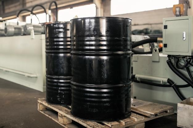 Tonneaux en métal noir dans l'entreprise