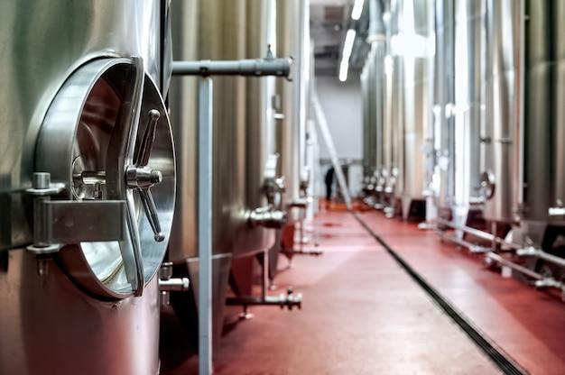 Tonneaux de réservoir métalliques de vin dans une cave