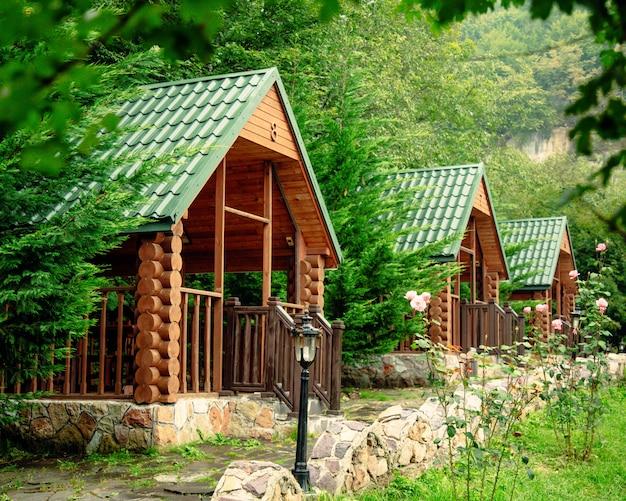 Tonnelles en bois entre arbres et montagnes
