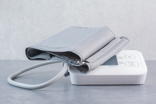 Tonomètre électronique médical sur table en marbre.
