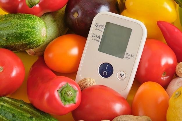 Tonomètre de légumes sur un espace de copie de fond jaune, tensiomètre numérique. concept de nutrition appropriée et saine