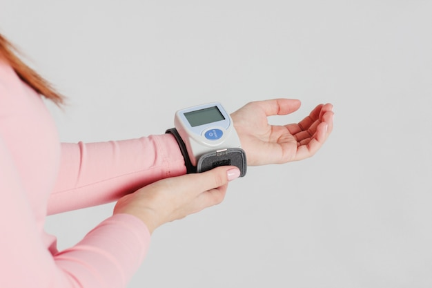 Tonomètre pour mesurer la pression artérielle sur la main d'une femme