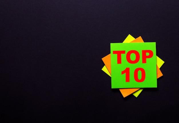 Top 10 sur un autocollant brillant sur fond sombre.