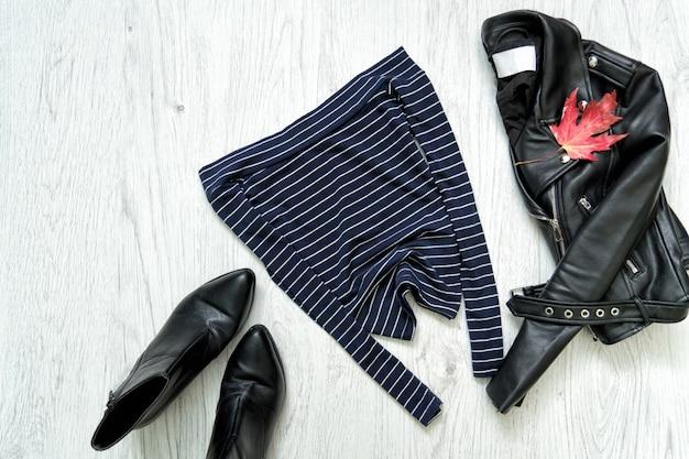 Top bleu, veste noire et chaussures