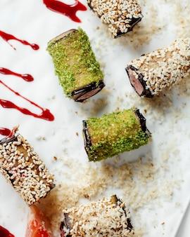 Top close up d'aubergines enveloppées de sésame et de paillettes vertes