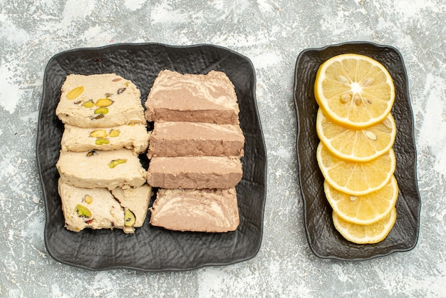 Top close-up view bonbons tranches de graines de tournesol citron halva sur la plaque