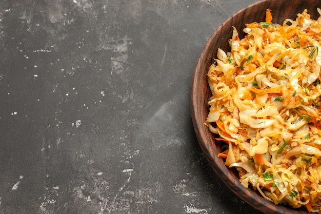 Top close-up view chou aux carottes le chou appétissant aux carottes sur la table