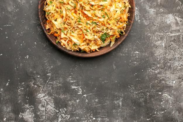 Top close-up view chou aux carottes chou aux carottes sur la table noire