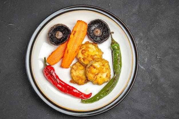 Top close-up view légumes rôtis les légumes rôtis appétissants sur la plaque