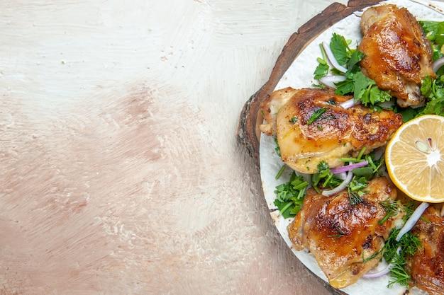 Top close-up view poulet lavash avec poulet aux herbes oignon citron
