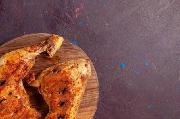 Top close view délicieux poulet frit tranches de viande cuite sur un espace sombre