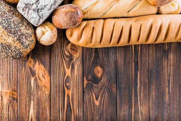 Top frontière faite avec du pain frais et baguette sur la table en bois