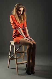 Top model. posant en studio.