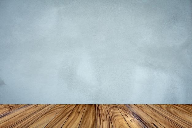 Top perspective de table en bois sur fond de mur de ciment gris.