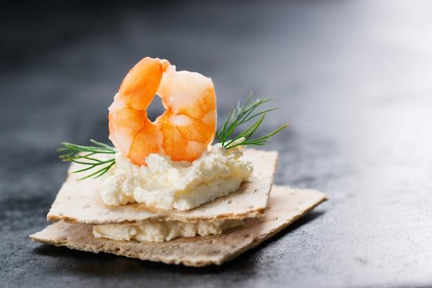 Top prawn avec du fromage sous