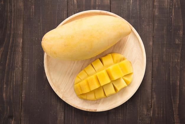 Top shot mangue sur fond de bois