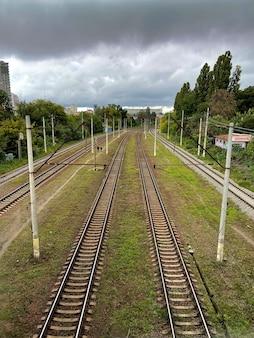 Top shot vertical des voies ferrées dans l'herbe