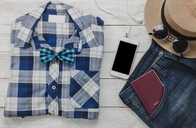 Top view accessoires pour voyager avec le concept d'habillement homme. chemise,