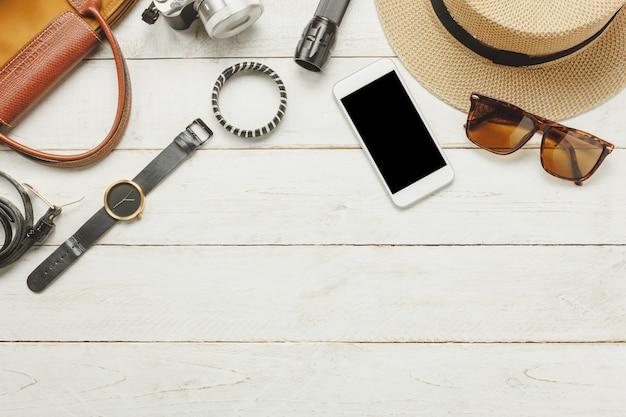 Top view accessoires pour voyager avec vêtements pour femmes concept.white